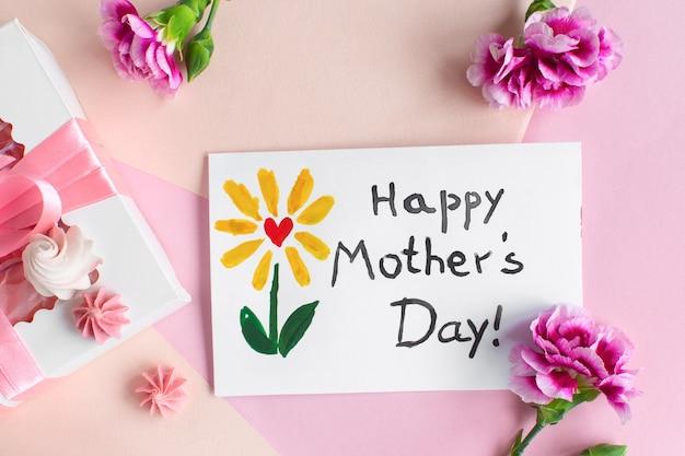 Cartão de dia das mães. texto feliz dia das mães feito pela criança para a mãe.