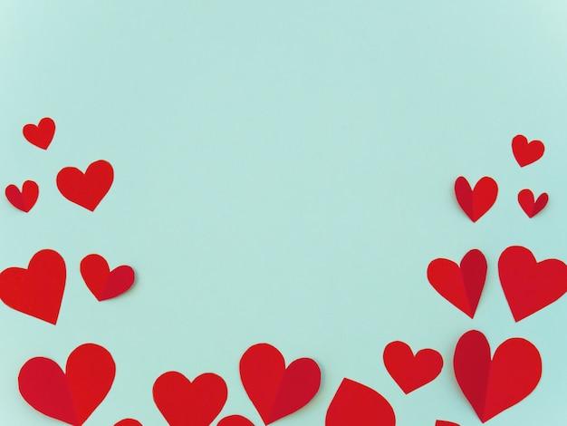 Cartão de dia dos namorados com coração vermelho em fundo ciano com copyspace para texto.