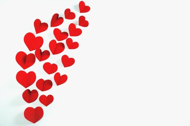 Cartão de dia dos namorados com coração vermelho sobre fundo branco, abstrato, vista plana, vista superior