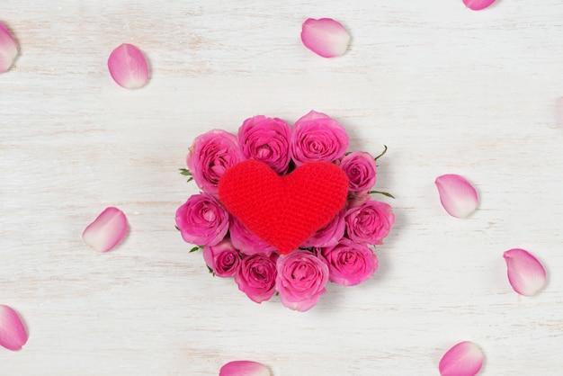 Cartão de dia dos namorados com flores rosas sobre fundo de madeira. vista superior com espaço de cópia