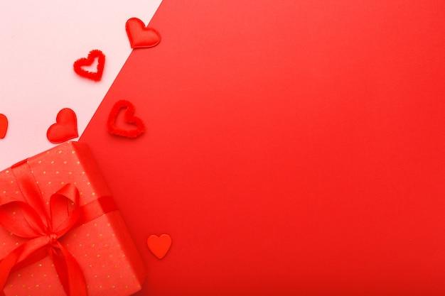 Cartão de dia dos namorados com moldura de espaço de cópia. fundo vermelho com fita de presente de corações