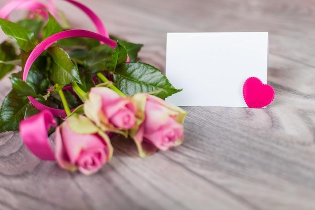 Cartão de dia dos namorados com rosas na madeira