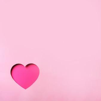 Cartão de dia dos namorados. coração de cutted no fundo de papel pastel punchy. amor, data, conceito romântico.