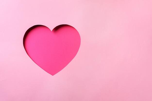 Cartão de dia dos namorados. coração de cutted no fundo de papel pastel punchy.