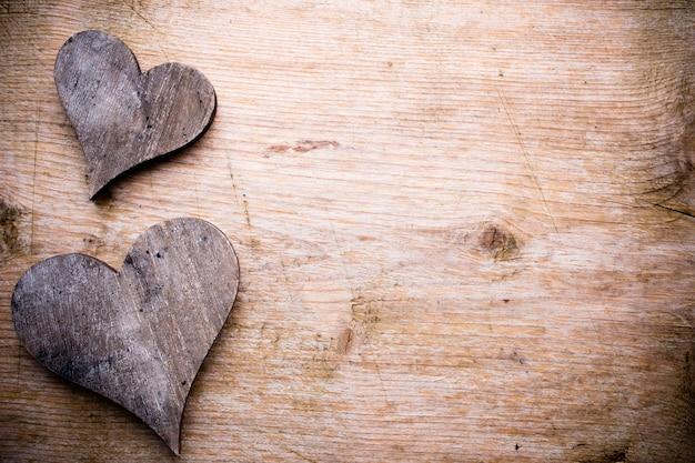 Cartão de dia dos namorados. coração no fundo de madeira.
