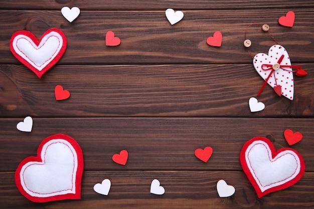 Cartão de dia dos namorados. corações feitos à mão sobre fundo marrom.