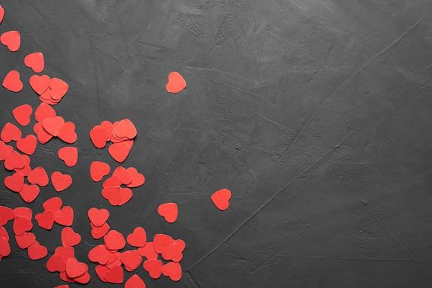 Cartão de dia dos namorados. ... corações vermelhos sobre um fundo de pedra. copie o espaço. vista de cima. bandeira