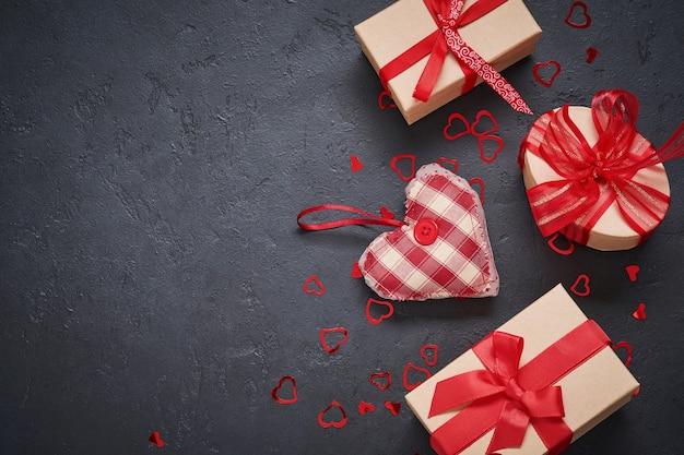 Cartão de dia dos namorados. duas taças de champanhe, caixa de presente com fita vermelha e figuras de coração