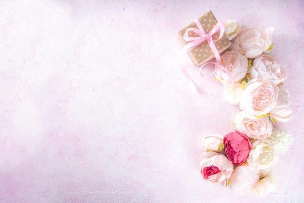 Cartão de dia dos namorados e fundo de primavera com flores peônia e a palavra amor eu te amo
