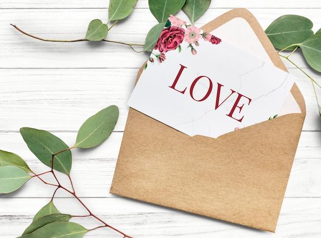 Cartão de dia dos namorados em um envelope