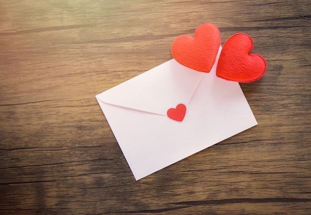 Cartão de dia dos namorados no cartão de convite de casamento casamento de coração vermelho ...