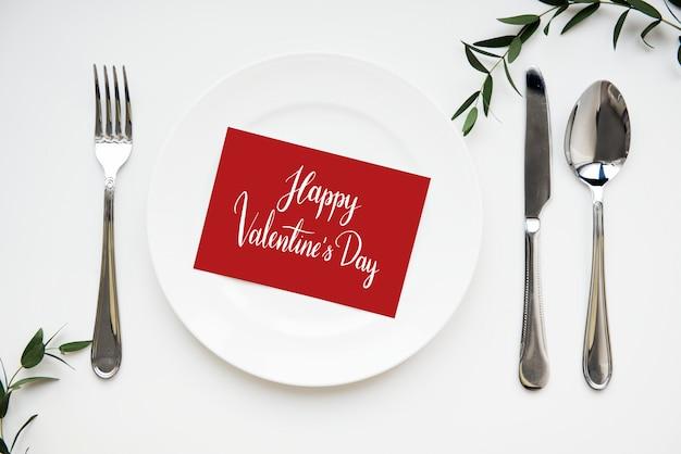 Cartão de dia dos namorados servido em um prato