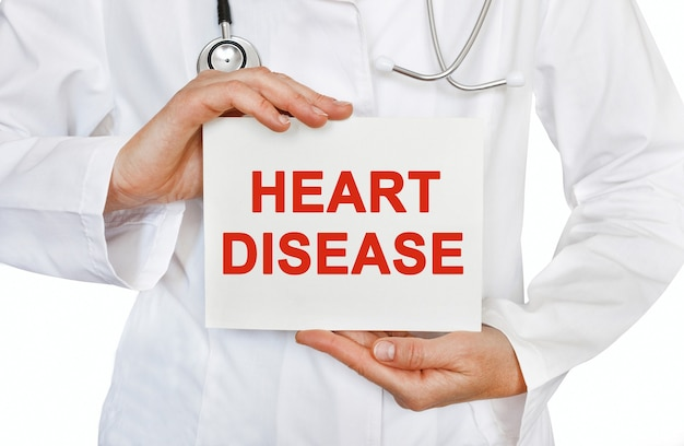 Cartão de doença cardíaca nas mãos do médico