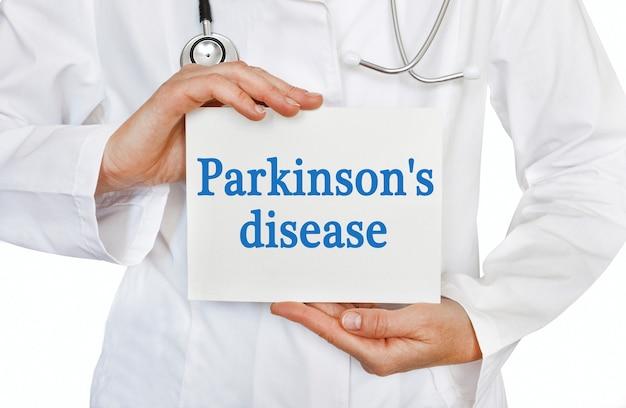 Cartão de doença de parkinson nas mãos do médico
