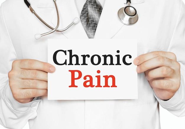 Cartão de dor crônica nas mãos do médico