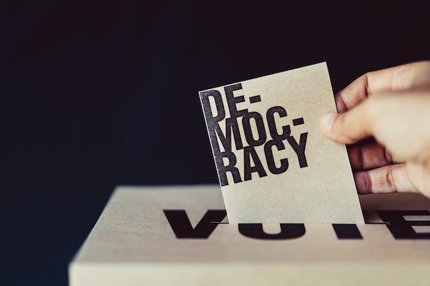 Cartão de eleição inserir na caixa de voto, conceito de democracia, tom retrô