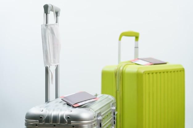 Cartão de embarque e máscara facial para passaporte de bagagem, novo conceito normal de viagem. (código de barras falso)