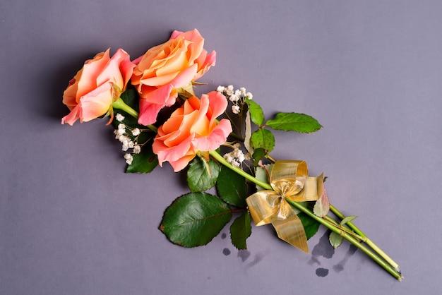 Cartão de felicitações de buquê natural de flores rosas recém colhidas em rosa pastel.