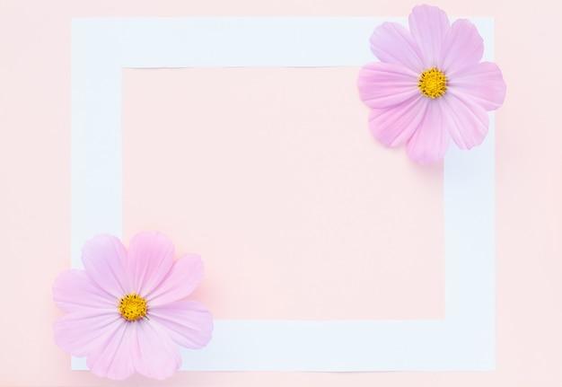 Cartão de felicitações, delicadas flores lilás em rosa com moldura branca