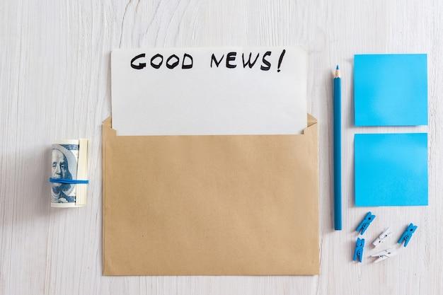 Cartão de felicitações em envelope com papel em branco e texto de boas notícias