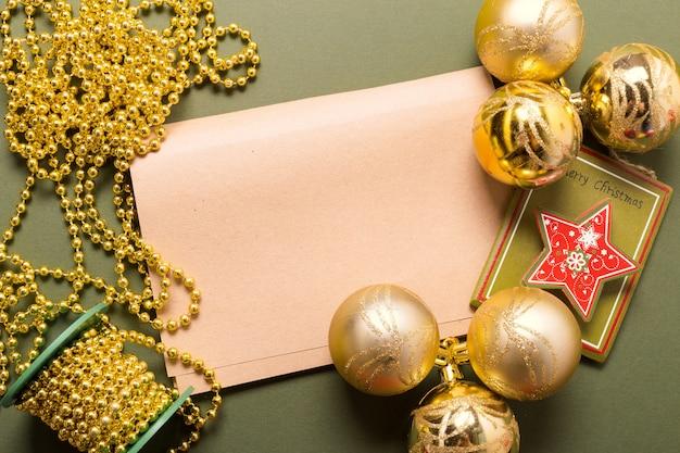 Cartão de felicitações mock up com enfeites de natal
