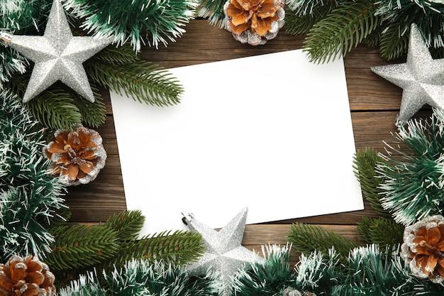 Cartão de felicitações para as férias de natal com decoração. composição de ano novo. vista do topo