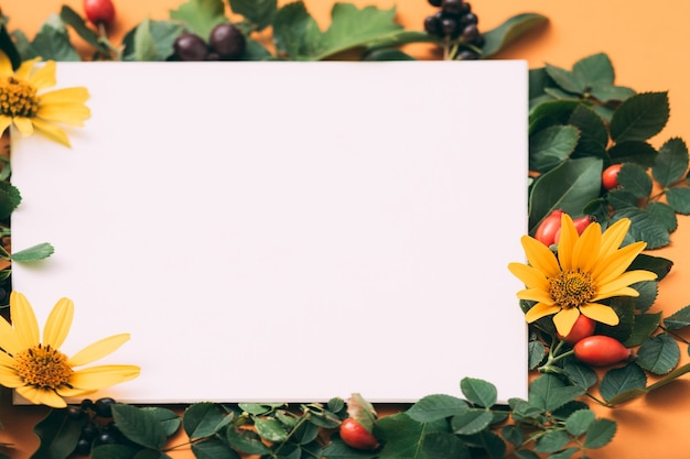 Cartão de felicitações. parabéns. decoração floral festiva.