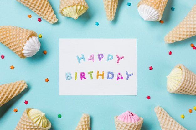 Cartão de feliz aniversário com aalaw no waffle com chuviscos em pano de fundo azul