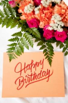 Cartão de feliz aniversário com arranjo de flores