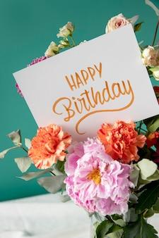 Cartão de feliz aniversário com sortimento de flores Foto gratuita