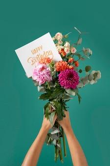 Cartão de feliz aniversário com sortimento de flores