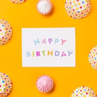 Cartão de feliz aniversário decorado com formas de bolo de papel aalaw e bolinhas em fundo amarelo
