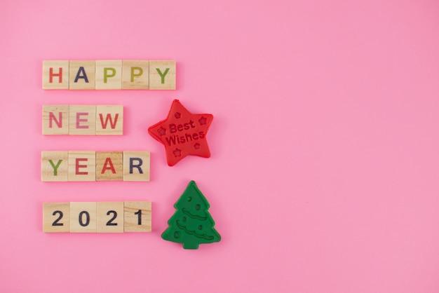 Cartão de feliz ano novo 2021. letras de scrabble, massa para brincar e plasticina.