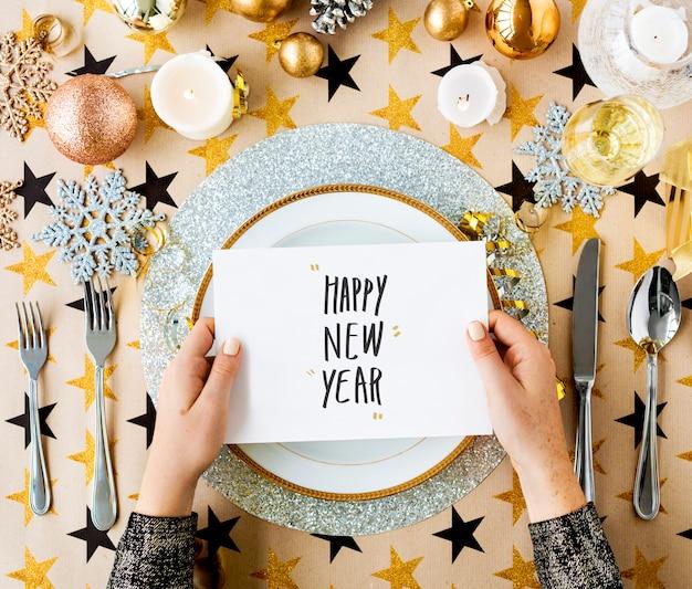 Cartão de feliz ano novo e configurações de mesa festiva