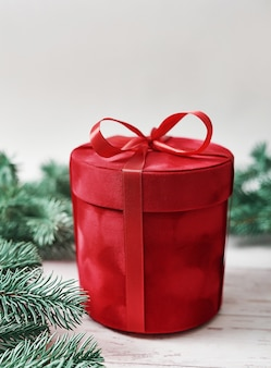 Cartão de feliz natal caixa de presente. presentes, galhos de árvores de abeto. presente de ano novo de luxo vermelho. celebração de natal.