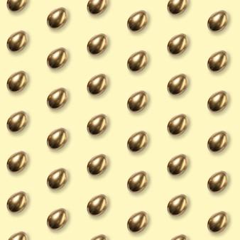 Cartão de feliz páscoa comemorando ou saudação. ovos coloridos dourados sobre fundo amarelo. arte moderna, papel de parede brilhante, plano de fundo, padrão para seu dispositivo, design ou propaganda. conceito.