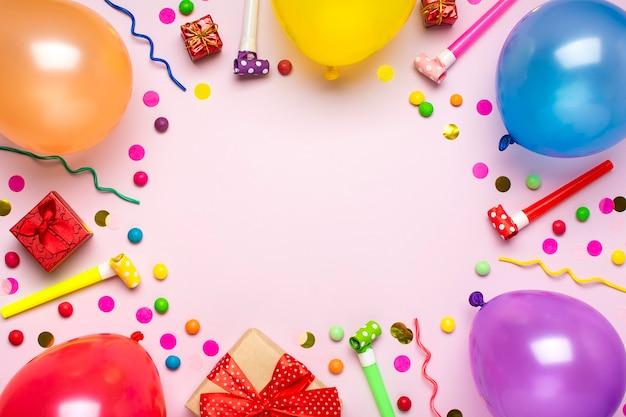 Cartão de férias flat lay vista superior conceito de festa de feliz aniversário