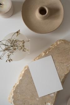Cartão de folha de papel em branco com espaço de cópia de maquete, flores secas, pedra de mármore
