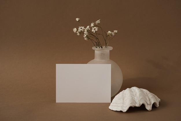 Cartão de folha de papel em branco com lindas flores brancas, concha do mar.