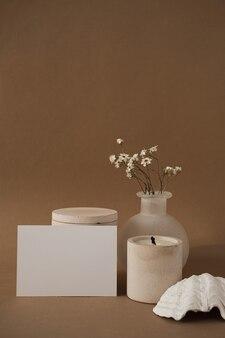Cartão de folha de papel em branco com lindas flores brancas, vela, concha. Foto Premium