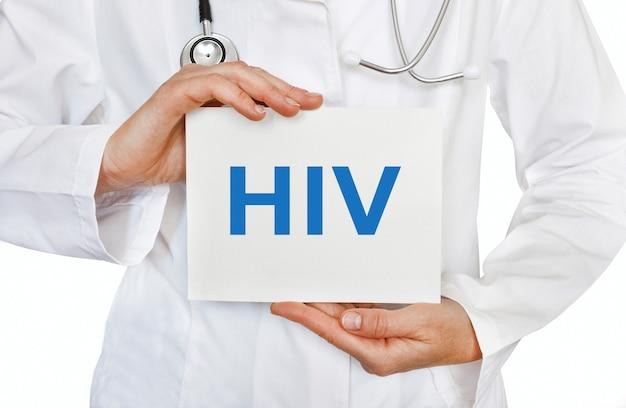 Cartão de hiv nas mãos do médico