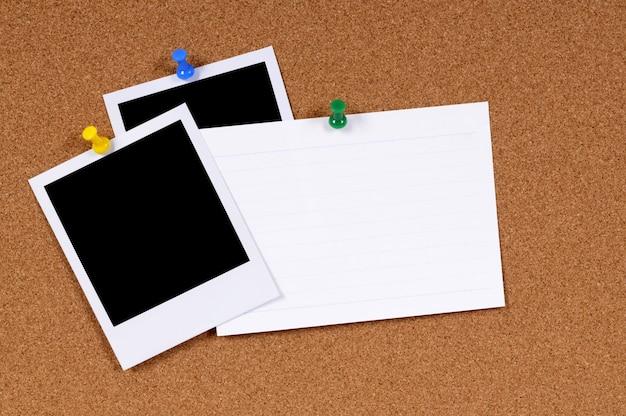Cartão de índice com fotos polaroid