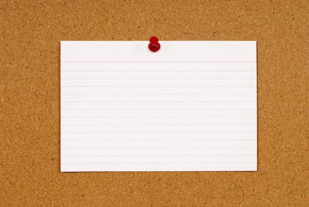 Cartão de índice na placa da cortiça