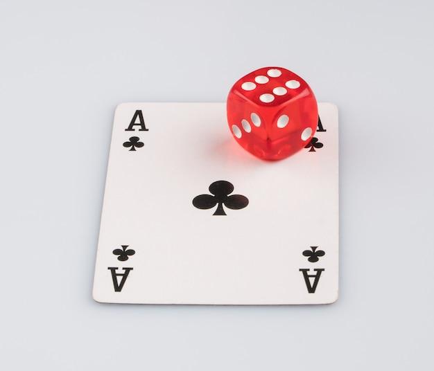 Cartão de jogo com dados. o conceito de jogos de azar e entretenimento. cassino e pôquer