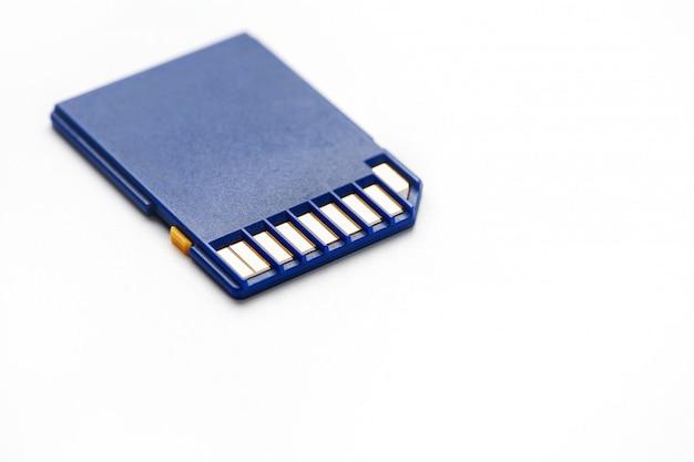 Cartão de memória azul do sd isolado no branco.