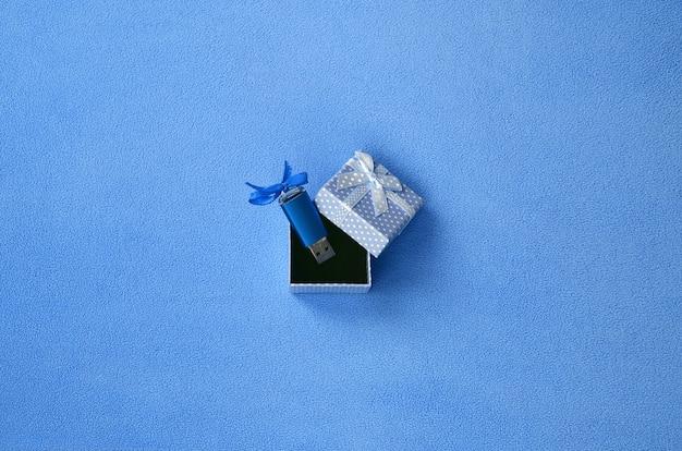 Cartão de memória flash usb azul brilhante com um laço azul