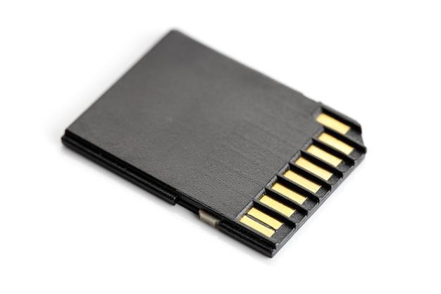 Cartão de memória sd isolado na superfície branca. equipamento fotográfico