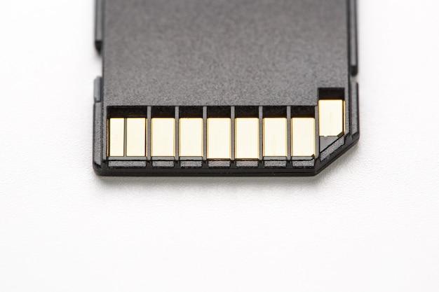Cartão de memória sd preto sobre um fundo branco, isolar