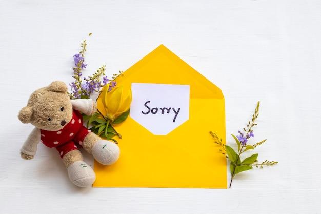 Cartão de mensagem de desculpas em envelope com ursinho de pelúcia