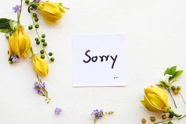 Cartão de mensagem de desculpas manuscrito com flores
